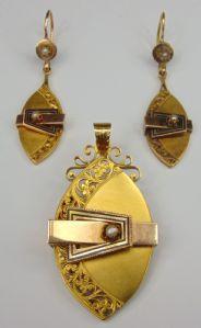 Parure borbonica composta da spilla/ciondolo e orecchini in oro giallo e rosa con perline (venduti anche separatamente). Fine '800