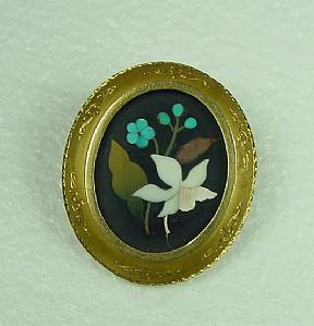 Brooch stones engraved with gold frame