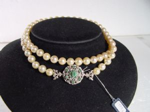 Collana in perle coltivate naturali, con chiusura in oro bianco e smeraldi anni '30 ( a un filo)