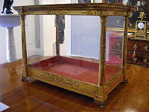 Teca in legno intarsiato e dorato