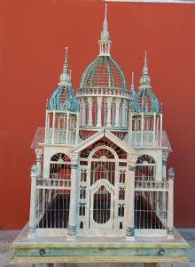gabbia in legno a forma di sinagoga