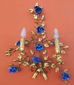 pair of appliques in embossed and gilded brass, with blue roses