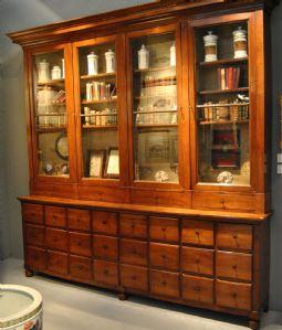 Mobile da farmacia in legno di noce, manifattura Lombarda del primo XIX secolo, perfetto stato di conservazione cm. 280 x 280