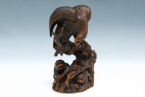 Aquila e scimmie in legno