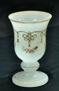 乳白色的玻璃高脚杯与花卉装饰