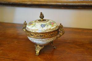 Porzellan und goldene Metallbox