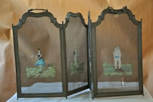 Pararrayos pintados con escenas circentinas.
