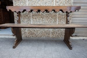 Banco dos anos 600 em madeira restaurada e talhada