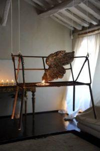 Altalena in ferro con seduta traforata in patina originale.  Italia. 1925  Alt.62cm Larg.71cm Prof.40cm