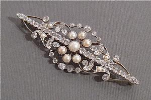 Brooch in white gold, diamonds and pearls