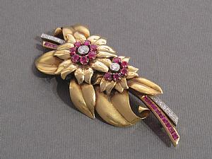 Brooch in yellow gold, rubies and diamonds