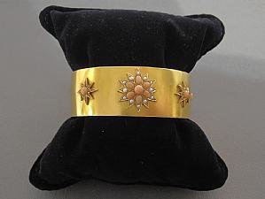 Bracciale in oro giallo, corallo rosa e perle