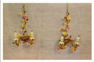 Coppia di applique in metallo e porcellana dorate, XX° Secolo