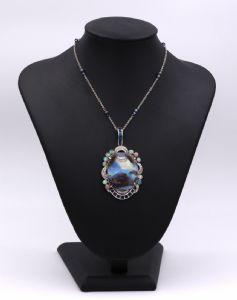 Ciondolo in oro bianco con opale gran boulder, diamanti taglio brillante e zaffiri. Catenina in oro bianco con opali. Anni 40
