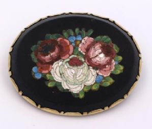 Brooch in micromosaic on onyx stone with gold frame