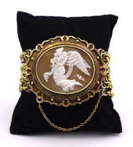 "18k gold bracelet with central camouflage depicting ""La Leda and the swan"""