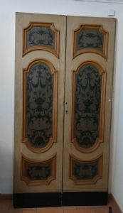 Pair of doors with two doors lacquered and painted.
