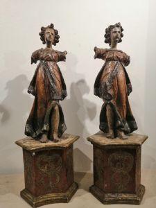 Due angeli lignei del XV secolo con antica policromia in buono stato di conservazione - mancanze