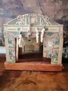 Teatrino primi del'900 in legno e cartone completo con marionette e quinte dell'epoca