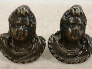 Due maniglie raffiguranti putti in bronzo rinascimentali