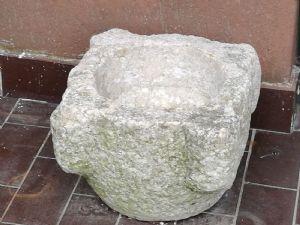 Pestello da farmacia in pietra lavorata epoca XVI° sec. h. cm.30