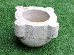 Pestello in pietra lavorata ,quadrilobata epoca XVII° sec. h cm.20