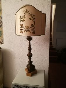 candelliere in legno intagliato e laccato finto legno. XVIII° sec. h. cm.