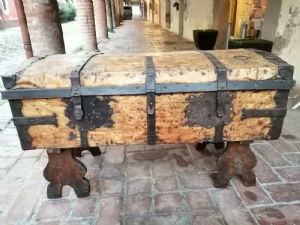 Forziere da carrozza rivestito in cuoio con ricca ferramenta in ferro battuto - Emilia, XVII secolo