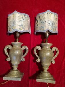 Coppia di vasi in legno laccato verde a forma di vaso con anse a ricciolo. montati a luce h. cm. 35