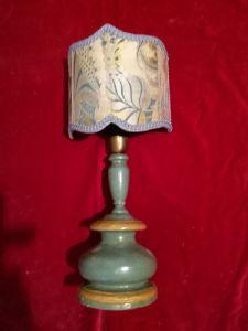 Lampada da tavolo in legno laccato verde e ocra,montata a luce. h. cm. 30