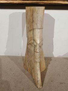 Escultura de hueso africana antigua que representa un rostro - siglo XIX