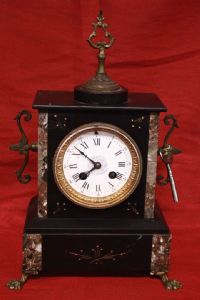 Beautiful marble clock with bronzes and key with the beginning of the 20th century. Alte