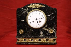 Beautiful marble clock with bronzes rounded at the beginning of the early 20th century. Alte