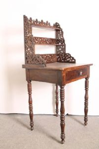 Delightful antique writing desk / small table in Emilian walnut Louis Philippe 1850. Antiques