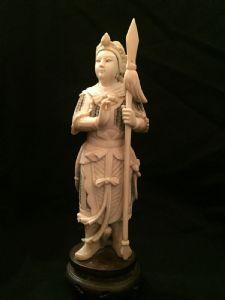 Un okimono de marfil chino que representa a un guerrero, siglo XIX.