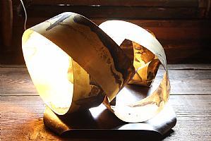 Lampada a nastro Turning point in ottone con ossidazioni tendenti al blu realizzata da Simona Ambrosini