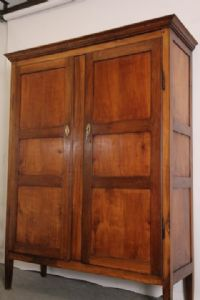 Античный провансальский шкаф из цельной вишни Людовика XVI начала 800 года, сервант с антиквариатом восстановлен.