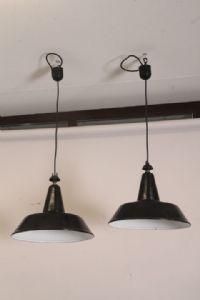 Par de candelabros de suspensión industriales 1950, diseño moderno electrificado de mediados de siglo de la fábrica.