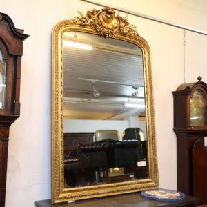 草的矩形镜子与镀金的木天使