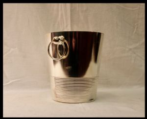 在白色金属的香槟桶,20世纪