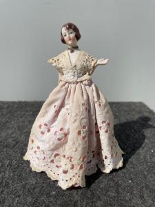 Funda de porcelana en polvo 'media muñeca' con figura de dama, Francia o Alemania.