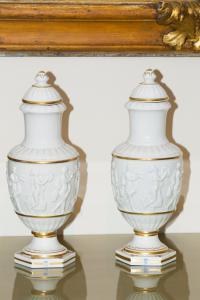 Coppia di vasi bianchi in porcellana