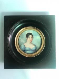 Miniatura sobre marfil que representa una figura femenina. Marco en madera ebonizada. Período Imperio.