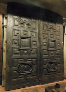 ptn247 - дверь из орехового дерева с резными панелями, 17 век, размер 273 xh 325/340 x см. 9 см