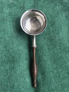 Colino da te' in argento con manico in palissandro.