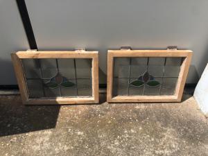 Coppia di piccole vetrate al piombo.