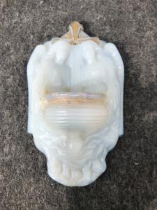 Acquasantiera in vetro lattimo - opaline con coppia di angeli.