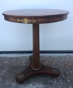 Круглый стол, облицованный ореховым бриаром Наполеона III периода.