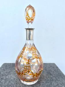 Umhüllte und gemahlene Glasflasche mit Medaillon- und Rocaille-Motiven. Silberhals. Deutschland.