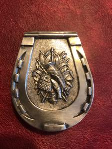 Scatolina portafiammiferi in argento Sterling a forma di ferro di cavallo con pesci e cesto da pescatore.